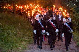 ARCHIV - Mehrere hundert Burschenschafter ziehen am 01.06.2012 mit Fackeln auf das Burschenschaftsdenkmal in Eisenach. Foto: Michael Reichel/dpa (zu dpa-Korr. lth vom 20.05.2013) +++(c) dpa - Bildfunk+++